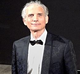 """www.alessandrodrago.it    Alessandro Drago si è formato musicalmente, alla scuola del M°. G.Agosti, sotto la cui guida si è diplomato al Conservatorio 'S. Cecilia' di Roma.  In seguito, il prezioso incontro con il M°. F. Zadra, di cui Drago è stato per tre anni anche assistente a Lausanne (Svizzera), lo ha messo in contatto con una delle più importanti scuole internazionali di pianoforte, quella di V. Scaramuzza, maestro tra gli altri di Marta Argerich, B. Leonardo Gelber, D. Baremboim.  Di fondamentale importanza per il suo perfezionamento artistico è stata la frequentazione dei seminari di """"Fenomenologia della Musica"""", presso l'Università di Mainz (Germania), condotti dal grande direttore d'orchestra Sergiu Celibidache.  Dopo il debutto a Roma nel 1982 in occasione del Festival """"Primavera di Roma"""" insieme a pianisti di fama internazionale come Magaloff, Gelber, Lonquich, Firckusny, Demus e Zadra, A. Drago si è esibito, con successo, regolarmente in Italia e all'estero.  Ha suonato, come solista, in diverse istituzioni concertistiche e festivals della Germania, Austria, Svizzera, Argentina, Giappone, Russia, nonché per le società Filarmoniche di Tallin (Estonia), Riga (Lettonia), Tbilisi (Georgia). In Russia ha tenuto recitals anche al Conservatorio di Mosca, e, con l'orchestra, nella sala grande della Filarmonica di S.Pietroburgo.  A. Drago ha registrato per importanti emittenti radiotelevisive (Radiotelevisione Argentina, Russa e la Bayerische Rundfunk tedesca) e ha partecipato a trasmissioni radiofoniche della RAI e Radio Vaticana.  Dagli anni '90, ha affiancato all'attività solistica una intensa collaborazione artistica con il quartetto d'archi Rimsky-Korsakov di S.Pietroburgo, nonché con il clarinettista tedesco Klaus Hampl, il violista russo Aleksej Popov e i violoncellisti Luca Fiorentini e Francesco Sorrentino. A. Drago ha suonato in diverse occasioni a Salisburgo, in recital e in duo con il violoncellista americano Robert Choi e con il violinista Luz Lesko"""